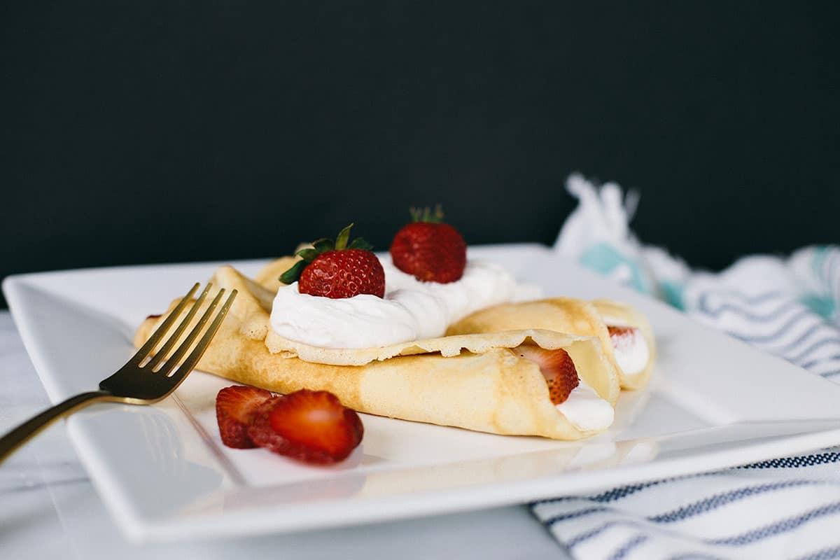 Dessert crepes: strawberry and cream crepe