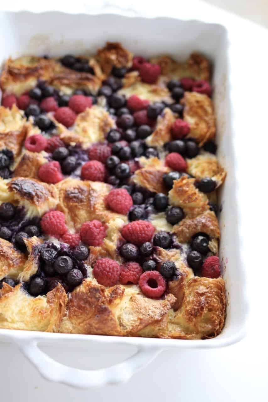Overnight Breakfast Berry Bake with Caramel Syrup: an easy DELICIOUS french toast recipe that will literally take you less than 5 minutes to make!